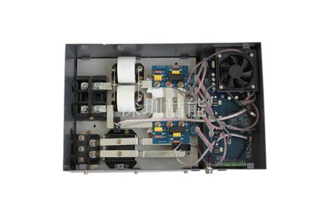 通过内部整流滤波电路将50hz的交流电变成直流电,再经过pwm控制电路将